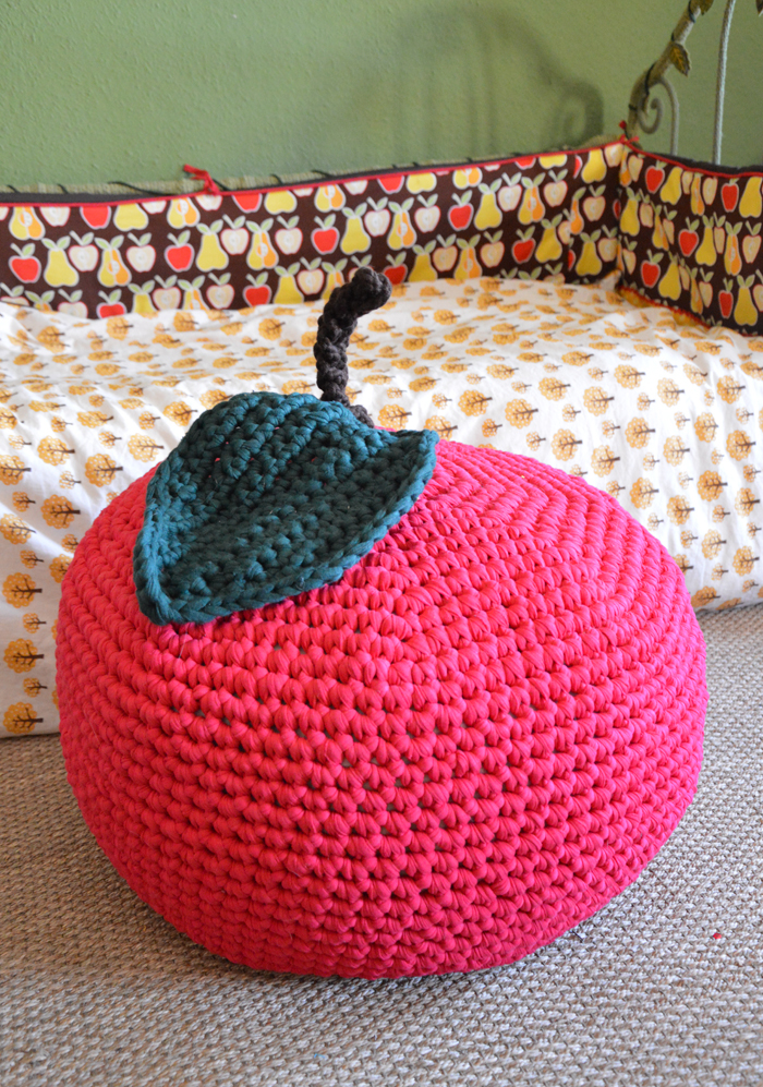 diy un pouf pomme au crochet blisscocotte. Black Bedroom Furniture Sets. Home Design Ideas